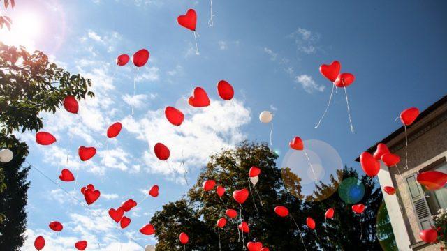 風船が飛んでいく画像